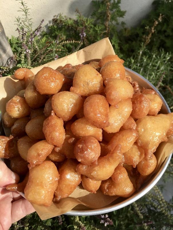 עוואמה – סופגניות טבולות בסירופסוכר