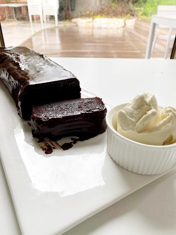 פס של עוגת שוקולדעשירה